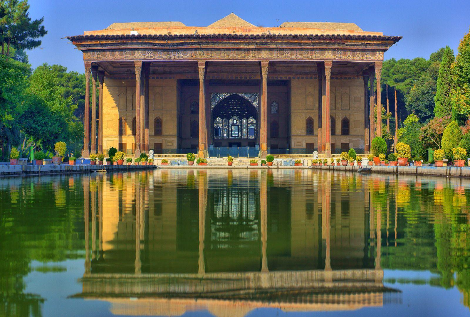 Isfahan Chehelsotoon palace
